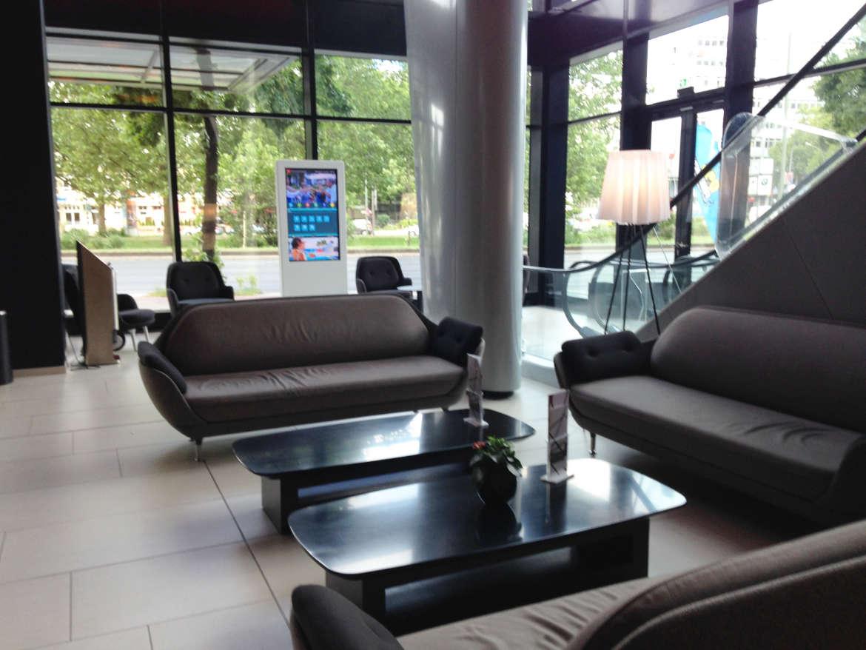 Das Foyer mit Sitzgelegenheiten mit RIU Plaza Berlin