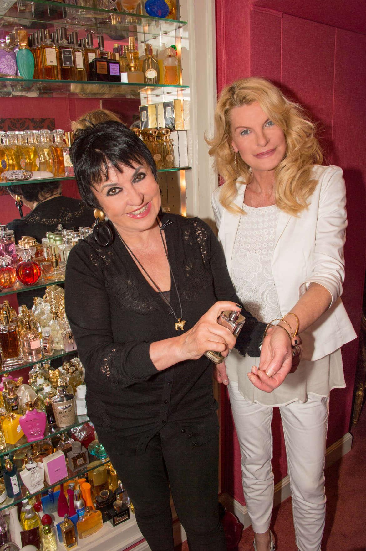 Uschi Ackermann & Daniela Schwan testen Parfum