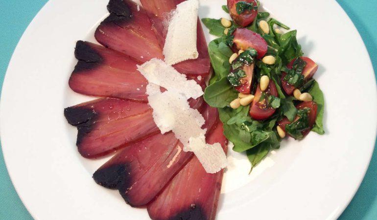 Thunfisch Carpacio mit Rucola-Tomatensalat