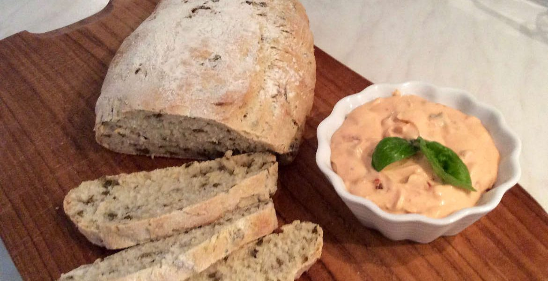 Oliven-Ciabatta mit Tomaten-Aufstrich