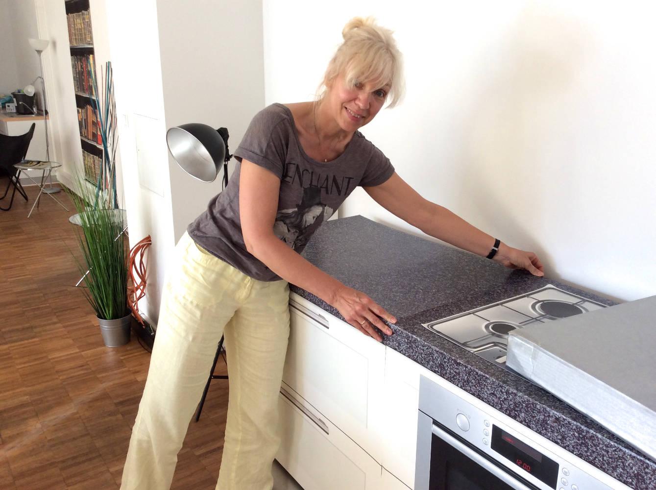 Die komplette Küche ist aus Pappe