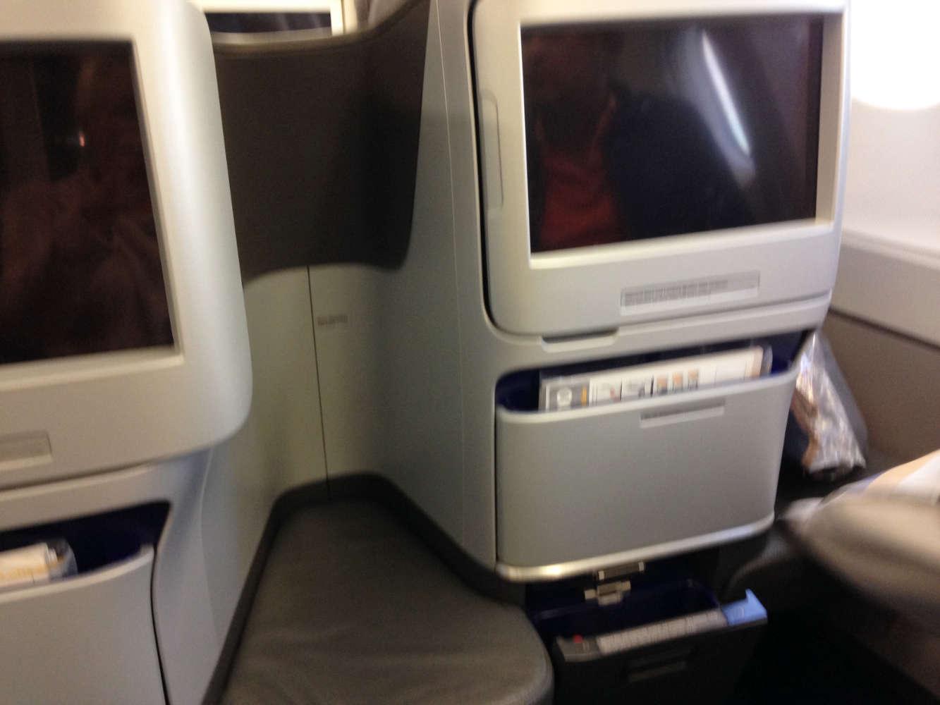 Ein großer Bildschirm für das  Flight-Entertainment-Programm der Lufthansa
