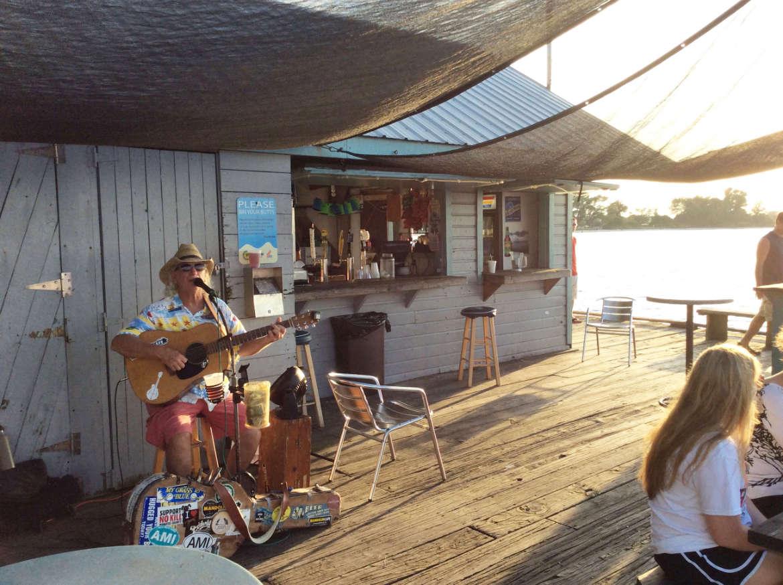 Country Sänger am Pier