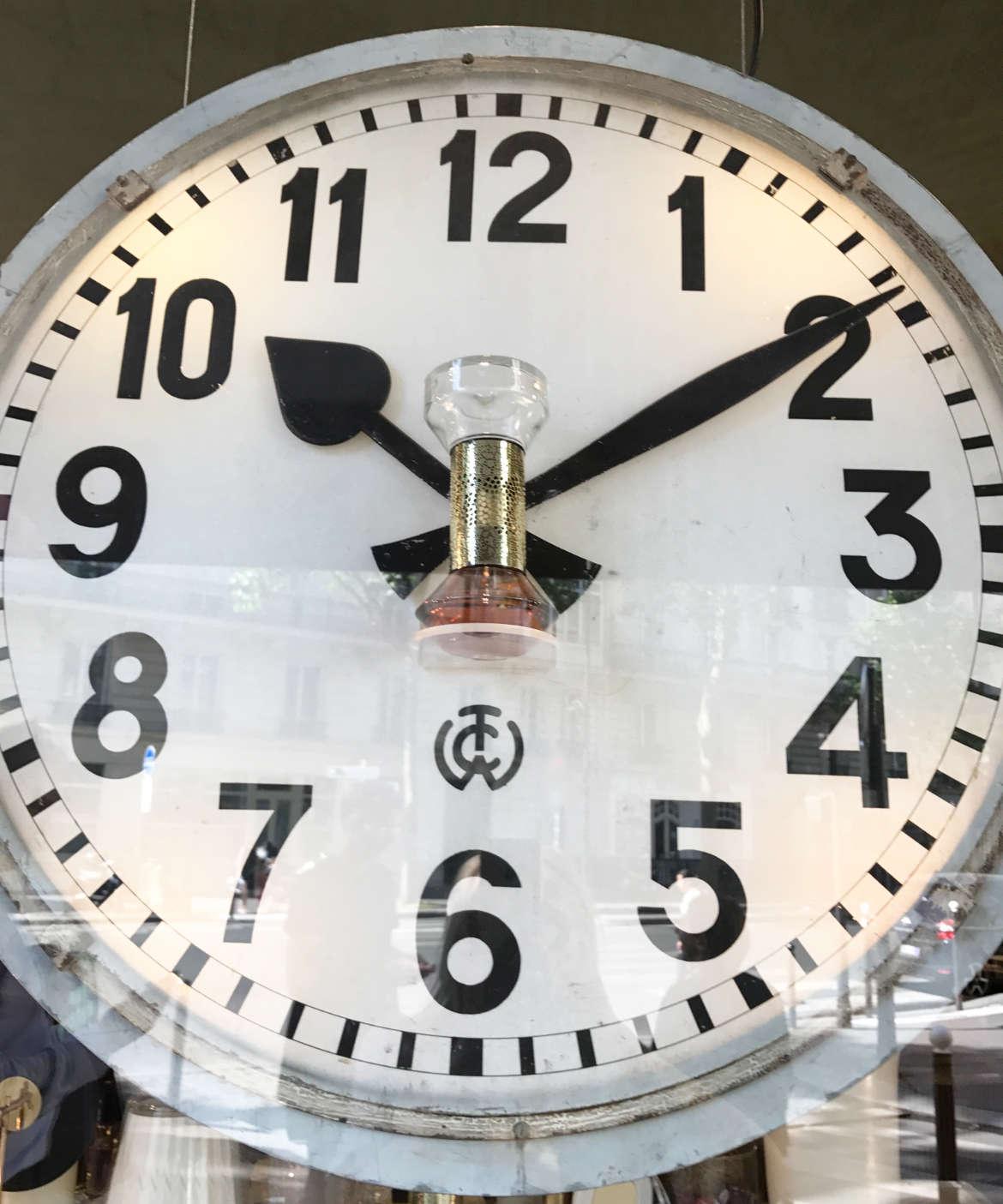Im Inneren der Uhr ist ein Falcon, der seinen Duft mit der Zeit versprüht.